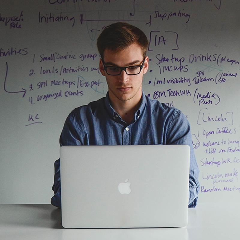En mand med en bærbar, som har sit eget startup